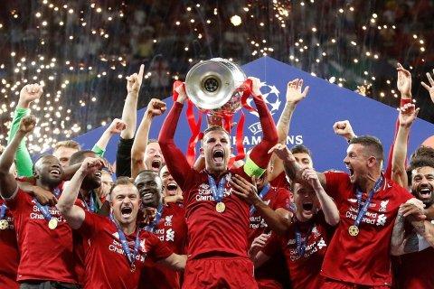 LØFTET «BØTTA»: Kaptein Jordan Henderson og Liverpool slo Tottenham i finalen.