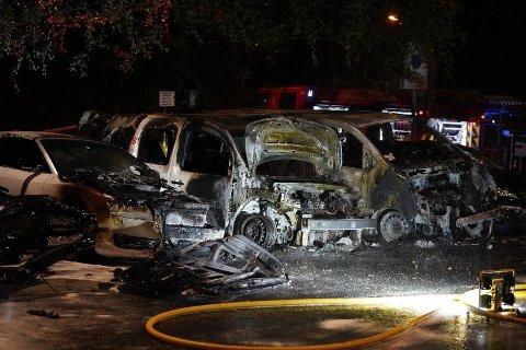 FLERE BILBRANNER: Fem biler brant i Ulven-området i Oslo natt til mandag.Fra starten av 2017 til 1. april i år har vært 123 bilbranner i Oslo som politiet tror kan være påsatt.