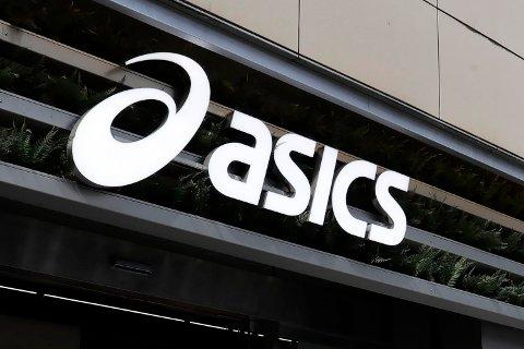 Sportskjeden Asics har beklaget etter at reklameskjermene deres ble brukt til å vise porno til forbipasserende.