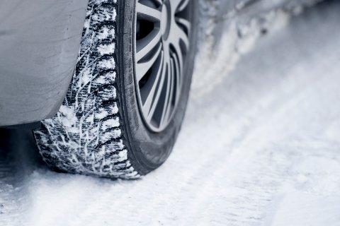 GLATT: Det er glatte veibaner flere steder i landet, og der hvor det har kommet snø er det også viktig å kjøre forsiktig. llustrasjonsfoto.