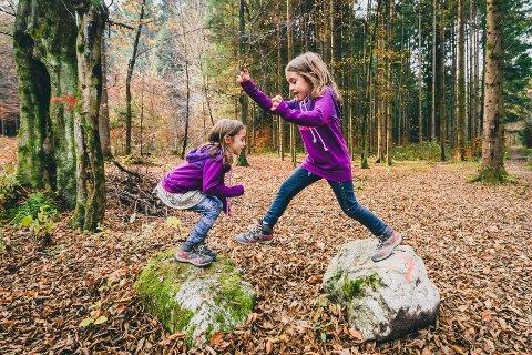 Barn bør få tid og rom til å utforske og leke ute i naturen, uten at voksne tar kontrollen, skriver kronikkforfatteren.