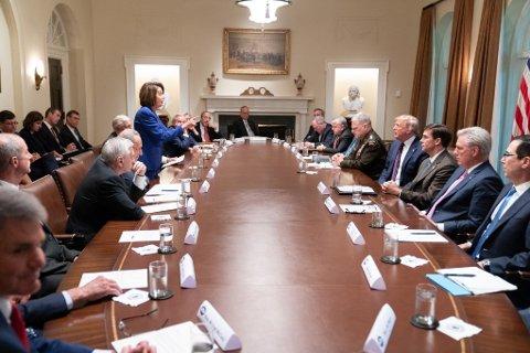 """ORDKRIG: Dette bildet tatt av staben i Det hvite hus viser Demokratenes Nancy Pelosi i diskusjon med USAs president. Trump la først bildet ut på Twitter og beskrev det som et bilde av Pelosis """"sammenbrudd"""". Pelosi selv var raskt ute med å legge bildet på sin Twitter-profil."""