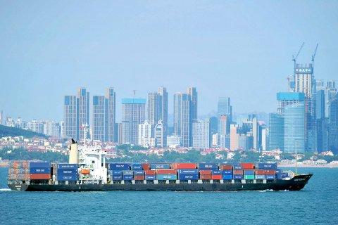 Kinas økonomi vokste kun seks prosent i tredje kvartal 2019 sammenlignet med tredje kvartal 2018. Illustrasjonsfoto: Et containerskip seiler utenfor Qingdao i Shandong-provinsen i Kina.