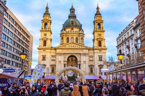 Julemarked i Budapest: Julemarkedet foran Sankt Stefans basilika midt i sentrum. Vi gir deg oversikten over de rimeligste byene du reiser på en førjulstur.