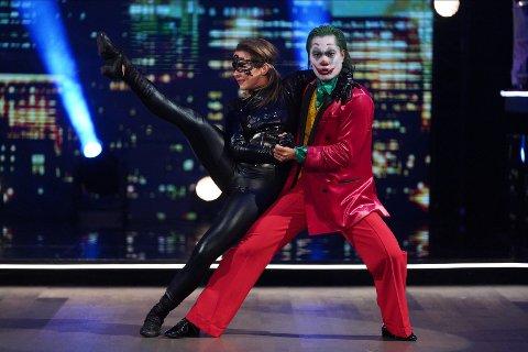 JOKER: Christian Strand som Jokeren under lørdagens program. Her er han med dansemakkeren Marianne Sandaker.