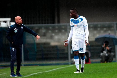 FRUSTRERT: Brescia-trener Eugenio Corini i samtaler med Mario Balotelli under kampen mot Hellas Verona.