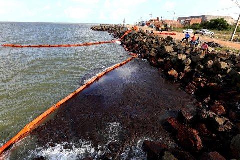 Kystlinjen over en strekning på 2.000 kilometer i Brasil er tilsølt av olje de siste månedene. Søndag sa landets president Jair Bolsonaro at mer olje er ventet mot land i tiden som kommer. Foto: Andre Moreira/Aracaju Municipal Press Office/AP/NTB scanpix