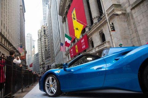 EN FERRARI er parkert utenfor New York Stock Exchange i anledning børsnoteringen.