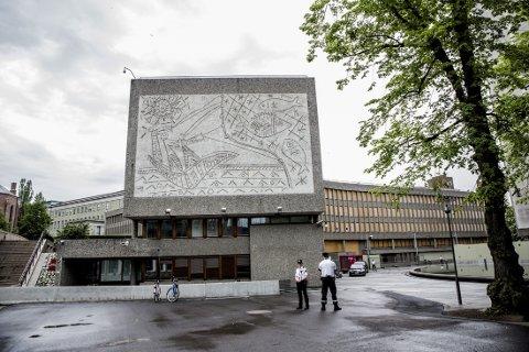 VEDTATT REVET: Regjeringen har gått inn for at Høyblokka i regjeringskvartalet blir stående og at Y-blokka (bilde) rives. Nå ber Fylkesmannen regjeringen vurdere rivingen av Y-blokka på nytt.