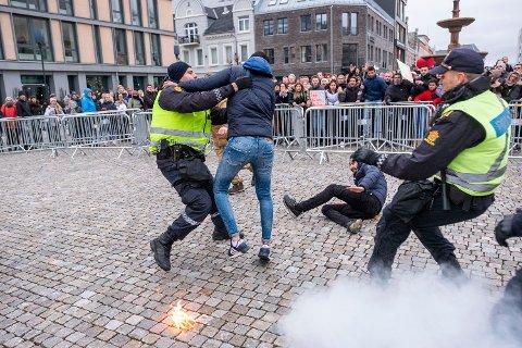SIANs frontfigur Arne Tumyr kastet koranen i bakken under en demonstrasjon på Torvet i Kristiansand. Det oppsto deretter basketak mellom demonstranter og politi.