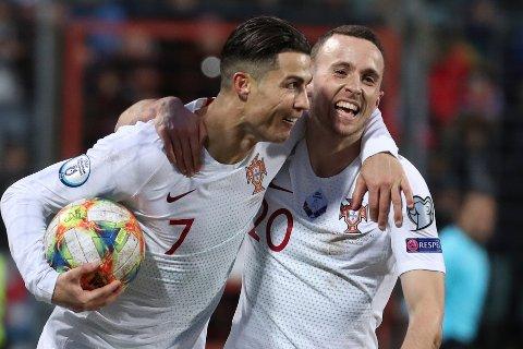 NESTEN 100: Ronaldo knabbet målet til Diogo Jota, noe landsmannen hadde tilsynelatende få problemer med. Ronaldo er en scoring unna 100 mål for Portugal.