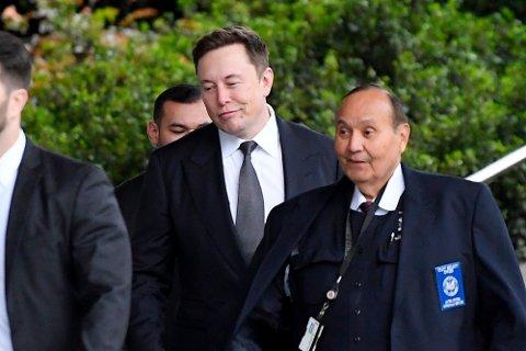 Tesla-sjef Elon Musk på vei inn i retten i Los Angeles onsdag. Fredag ble han frikjent for ærekrenkelser mot den britiske dykkeren Vernon Unsworth som han i en Twitter-melding i fjor omtalte som «en pedo-fyr». Foto: Mark J. Terrill/AP/NTB scanpix