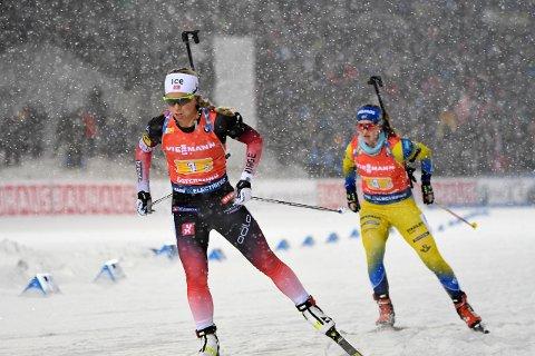 NABODUELL: Tiril Eckhoff og Mona Brorsson under damenes stafett i skiskyting på Östersunds skidstadion.
