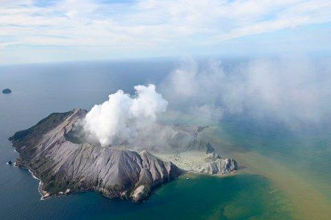 Det er for farlig for politi og redningsmannskaper å gå i land på White Island. Det er ukjent hvor mange personer som fortsatt befinner seg på øya. Foto: AP / NTB scanpix