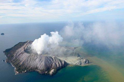 FARLIG: Det er for farlig for politi og redningsmannskaper å gå i land på White Island. Foto: AP / NTB scanpix