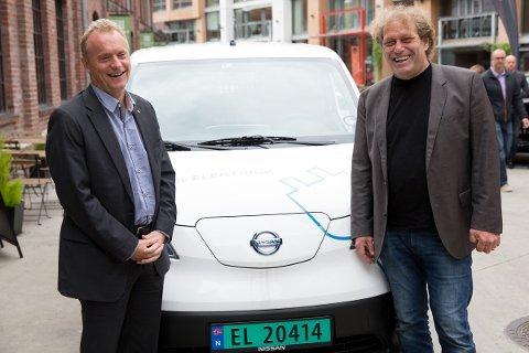 Byrådsleder Raymond Johansen (Ap) og Bellona-leder Frederic Hauge sammen med en elvarebil på Vulkan i Oslo.