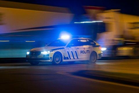 En politibil eskorterer vegvesenet i forbindelse med en trafikkulykke.