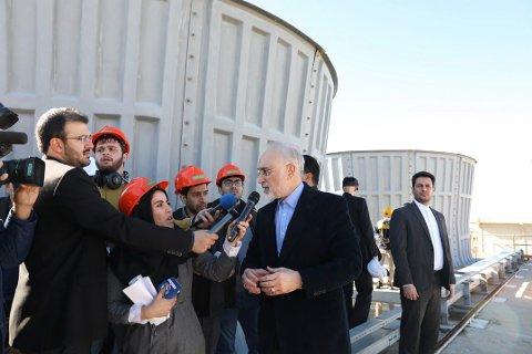 SJEF: Sjefen for Irans atomenergiorganisasjon, Ali Akbar Salehi, intervjues av iranske medier utenfor atomanlegget i Arak i Iran. Søndag kunngjorde iranske myndigheter at de nå ser bort fra alle grenser som er satt for anriking av uran i atomavtalen fra 2015. Foto: AP / NTB scanpix