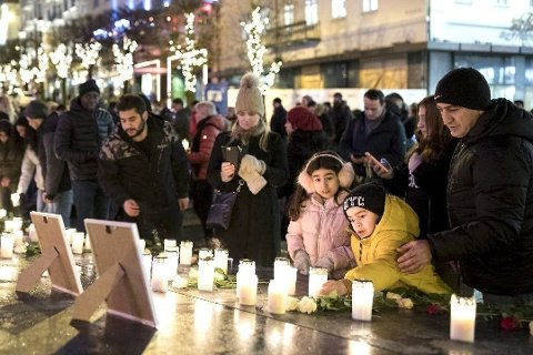 MINNESTUND: Lørdag var rundt 200 mennesker møtt opp på minnestund ved Den blå steinen på Ole Bulls plass i Bergen. Mandag blir det begravelse for de fire familiemedlemmene som døde etter brannen i Ytrebygda.