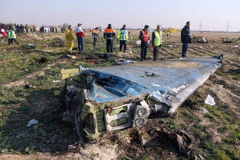 Granskere arbeider på åstedet for flystyrten i Iran onsdag.