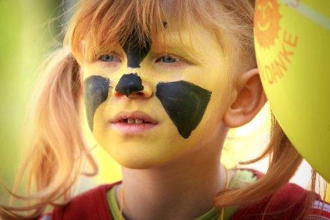 En jente med påmalt atomsymbol i ansiktet avbildet under en protest mot et kjernekraftverk i Tyskland i 2010. Denne måneden skal samtlige barnehager og skoler i Oslo få utdelt jodtabletter i tilfelle det skjer en atomulykke i Norge eller i utlandet.