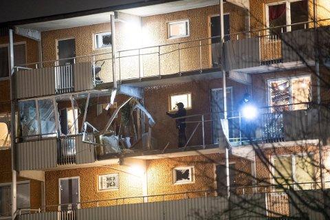 EKSPLOSJON: Politiets teknikere undersøker en svalgang i en boligblokk i Husby i Stockholm. En leilighet ble rammet av en eksplosjon.