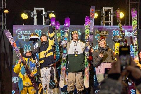 Friskiutøveren Birk Ruud (nr.2 fra venstre) tok sølv i big air i X Games i Aspen i USA. 19-åringen måtte se seg slått av svenske Henrik Harlaut (i midten). Andri Ragettli (til høyre) fra Sveits tok bronse. Foto: Norges Skiforbund / NTB scanpix