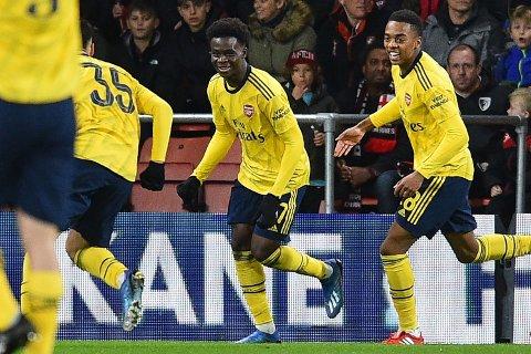 TONEANGIVENDE TENÅRING: Bukayo Saka (midten) både scoret og assisterte ved Arsenals nettkjenninger mot Bournemouth.