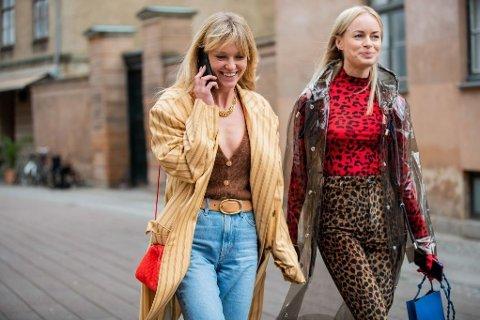 Influensere Jeanette Friis Madsen med Thora Valdimars utenfor visningen til Mark Kenly Domino Tan.