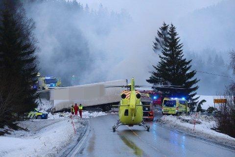 To lastebiler kolliderte på E6 i Snåsa i Trøndelag søndag. En av dem tok fyr.
