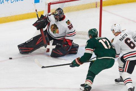 Chicago Blackhawks målmann Corey Crawford, stanser et skudd fra Minnesota Wilds Marcus Foligno med skøyta under tirsdagens kamp i St. Paul. Foto: Jim Mone/ AP/ NTB scanpix