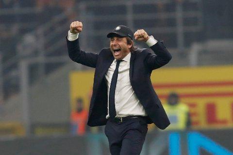 Inters trener Antonio Conte jubler vilt etter snuoperasjonen mot AC Milan i Serie A i helgen.