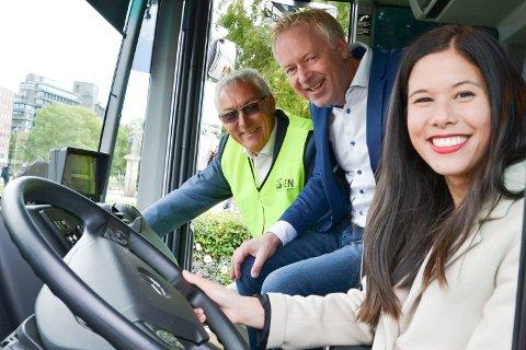 DEN GANG DA: Denne trioen markerte i 2017 overgangen til Veireno som søppelinnhenter i Oslo. Fra venstre direktør Pål Sommernes i Renovasjonsetaten (nå avsatt), tidligere Veireno-direktør Jonny Enger (nå dømt) og byråd Lan Marie Nguyen Berg.