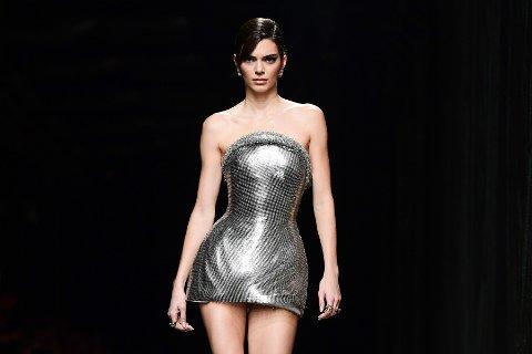 Supermodell Kendall Jenner (24) stiller opp for den omstridte kunstneren Maurizio Cattelan. Her på catwalken for Versace i februar 2020.