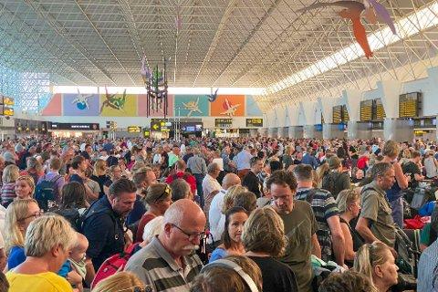 Passasjerer venter i avgangshallen på Gran Canaria internasjonale lufthavn mandag. Flyplasser på Kanariøyene åpnet igjen mandag ettermiddag etter og ha vært stengt på grunn av en sandstorm.