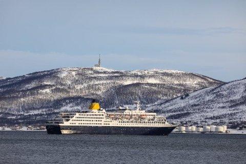 SNUDDE: Cruiseskipet «Saga Sapphire» skulle etter planen legge til kai i Tromsø klokken 10.00 torsdag. Men skipet valgte å seile videre da mannskapet om bord leste at en Tromsø-kvinne hadde testet positivt for coronaviruset.