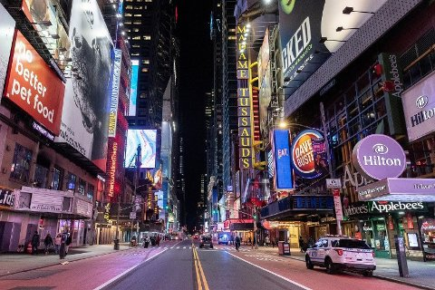 NEW YORKS GUVERNØR: - Vi er nå på et stadie der vi må bestemme oss for hvor mange skal leve og hvor mange skal dø. Foto: Spøkelsesaktig tomhet på Times Square onsdag 18.03.20.