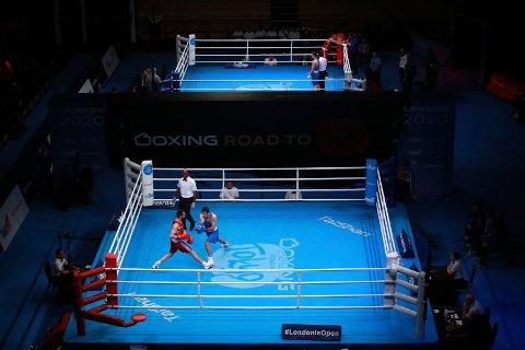 OL-kvalifiseringsturneringen i boksing i London ble avbrutt etter tre dager. Nå har flere av deltakerne testet positivt på koronaviruset. IOC, som arrangerte turneringen, beskyldes av Tyrkias boksepresident for å ha satt boksernes helse i fare. Foto: Adam Davy, PA via AP / NTB scanpix