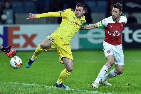 BATE Borisovs serbiske spiss Nemanja Milic i duell med Arsenal-forsvarer Laurent Koscielny i Europa League sist sesong. Milic scoret fire mål for BATE sist sesong, og tre av dem kom på bortebane. (Photo by Sergei GAPON / AFP)