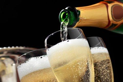 Under koronakrisen har mange av de superrike trukket seg tilbake til sine landsteder for å drikke champagne, mens de fattige i byene dør.