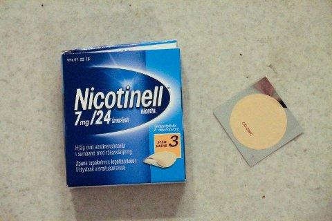Franske forskere ønsker å gjennomføre kliniske undersøkelser med nikotinplaster på koronapasienter og helsepersonell for å verifisere hvorvidt nikotin har noen effekt mot smitte og sykdomsforløp. Foto: Wikimedia Commons