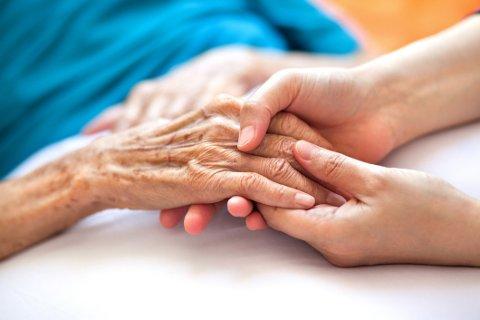 BEVISST SIN ROLLE: - Som sykepleier har jeg makt. Jeg kan stå i fare for å krenke pasientens verdighet. Derfor må jeg hele tiden være bevisst hvordan jeg ivaretar menneskeverdet i møte med døden, skriver Kristina Sveen Kjølsrud.