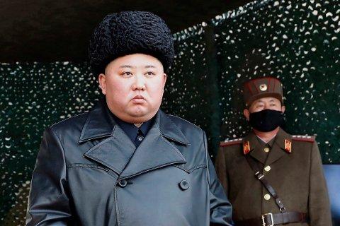 Det har den siste tiden svirret spekulasjoner om at Kim skal være ved dårlig helse og kanskje til og med død, etter han har vært borte fra mediebildet i noen ukers tid. Bildet ble frigitt i mars måned av det nordkoreanske, statsstyrte nyhetsbyrået KCNA.