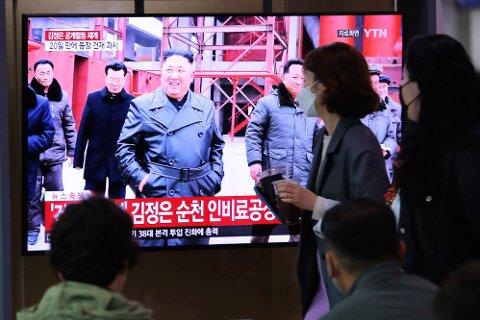 Forbipasserende på jernbanestasjonen i Seoul i Sør-Korea ser på bilder av Kim Jong-un som skal være tatt fredag, tre uker etter at han sist ble sett offentlig.