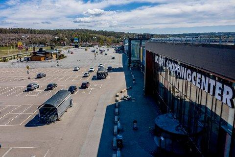FÅ KUNDER: Sist fredag var det langt mellom kundene på Nordby Shoppingcenter. Kommende fredag får vi vite om norske myndigheter strekker ut en hjelpende hånd til den hardt rammede grensekommunen Strømstad.