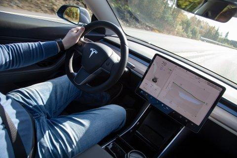 Tesla Model 3 har vært en gedigen salgssuksess for Tesla i Norge, men veksten har ført til betydelige voksesmerter.