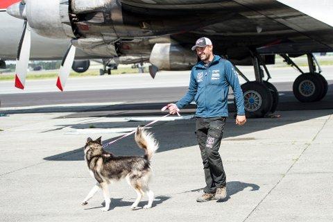 Thomas Wærner kunne tirsdag sette beina på norsk jord, nesten tre måneder etter at han vant Iditarod-løpet i Alaska. Foto: Carina Johansen / NTB scanpix
