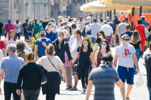 VENDER TILBAKE: Turistene var tirsdag tilbake på promenaden Piazza Cavour i Como nord i Italia.