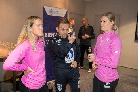 Landslagssjef Thorir Hergeirsson blir med videre. Her med Malin Aune (t.il venstre) og Veronica Kristiansen.