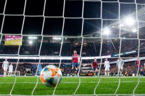 Joshua King scorer 1-1 på straffe under EM-kvalifiseringskampen mellom Norge og Spania på Ullevaal Stadion i 2019.